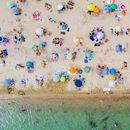 Плажите низ европа се отвораат, но некаде не се Дозволени пливање и сончање