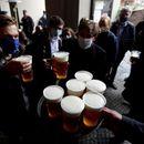 Чесите го слават повторното отворање на пабовите со бесплатно пиво