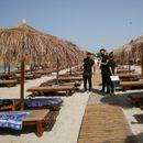 Грција викендов се отвора за странските туристи, но ќе нема журки и музика На плажите