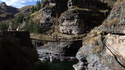 Древниот висечки мост на Инките повторно исткаен откако падна во пандемијата