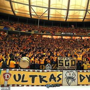 Навивачите на Динамо Дрезден им приредија неверојатни сцени на своите играчи