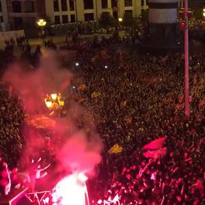 Moќен потсетник: Ноќта кога цел плоштад во Скопје беше – ВАРДАР!