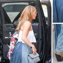 """ФЕШН """"АУТ"""": Џенифер Лопез облече кратки чизми и го шокираше модниот свет"""