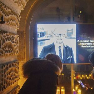 Арести и скръб  в Полша след убийството на кмета (снимки и видео)