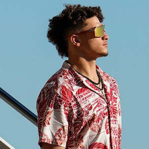 Super Bowl LIV: Chiefs arrive in Miami wearing tropical attire