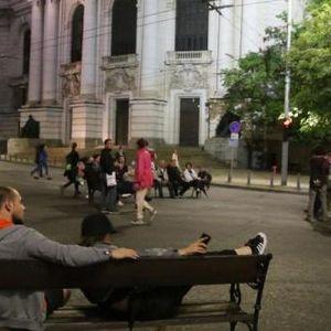 Танго с оставката под звуците на протеста