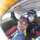 Експредседателят на минипарламента в Перник с подарък изненада от съпругата за 50-годишнината му – скок с парашут