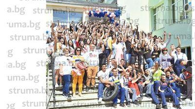 """136-те възпитаници на Земеделската гимназия в Сандански заедно с дипломите получиха и броя от вестник """"Струма"""" с обща снимка на випуска"""