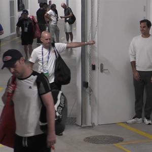 Зад кулисите на AO: Федерер играе на криеница заедно с екипа си