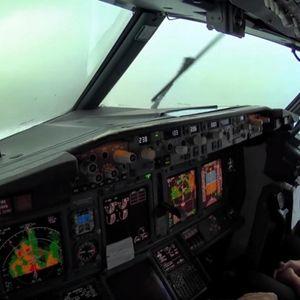 Од перспектива на пилотот: Погледнете како изгледа драматичното слетување на патнички авион при големо невреме и силни ветрови
