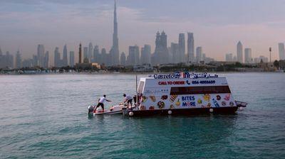 Дубаи го доби својот прв пловечки супермаркет