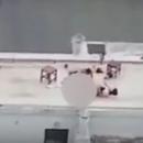 Голи имале секс на покрив од зграда, а кога сфатиле дека ги снимаат – момчето се поклонило и си заминале