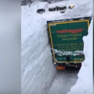 Неверојатни сцени од Австрија: Вака камионите го чистат 4-метарскиот снег!