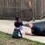 Полицаец лежел на бетон и играл со деца кои биле вознемирени поради истекување на гас