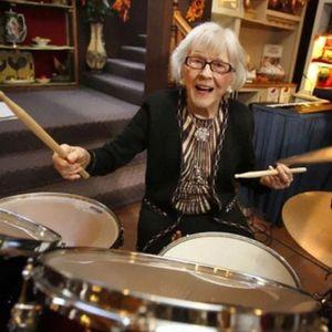 Благодарение на црвеното вино, оваа 106-годишна старица сѐ уште свири тапани