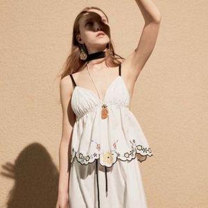 Оваа пролет девојките обожуваат бели фустани