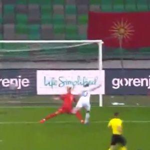 """Интервенцијата која го одбележа мечот во """"Стожице"""": Како Бејтулаи јуначки спаси сигурен гол за Словенија"""