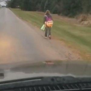 Татко ја натерал својата ќерка да пешачи до училиште 8 километри и тоа по дождот: Објавил видео од тоа што го направила во автобусот и одлучил дека е време да ја научи лекцијата