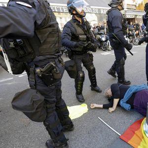 Бруталноста на полицајците ја шокираше Франција: Започнаа да ги тепаат демонстрантите, па настрада и 73-годишна жена