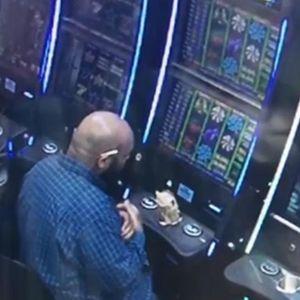Камерите снимиле неверојатен грабеж: Седнал зад слот машината и по неколку минути излегол со 8.000 долари - а воопшто не играл
