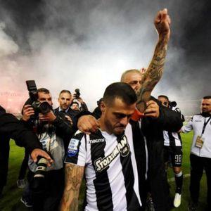 Повредениот капитен на ПАОК го доживеа моментот на кариерата: Со скинати лигаменти влезе во игра и го подигна трофејот
