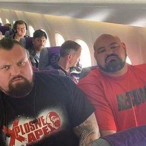 """Фотографиите од огромните Стронгмен натпреварувачи """"напикани"""" во малите авионски седишта го насмеаја светот"""