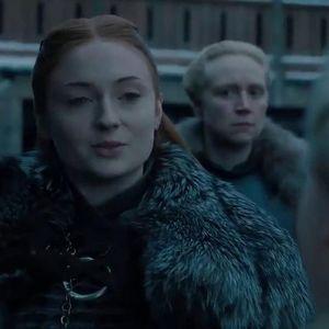 """Санса од """"Game of Thrones"""" го покажала своето тело: Се соблекла во црвен костим за капење, а овој маж цело време бил покрај неа"""