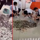 Кинезинка купила автомобил од 24.500 евра со железни монети: Работниците три дена ги броеле парите