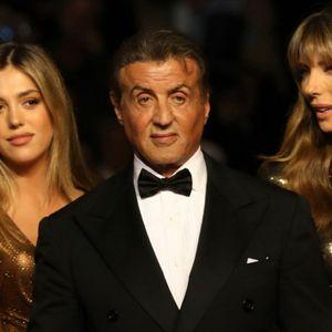 Како да се сестри: Сопругата и ќерката на Сталоне го засениле славниот актер на црвениот тепих во Кан