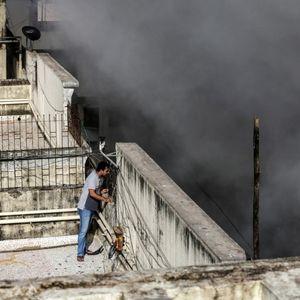 Драма во Индија, гори зграда од 9 спратови: Внатре се заробени десетици луѓе, пожарникарите се борат со пламенот