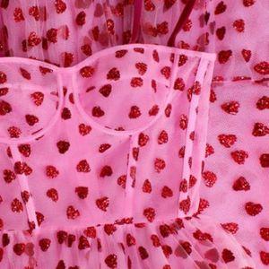 Розовиот хит фустан што ги освои симпатиите на романтичните девојки