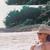 Ким и Клои Кардашијан се сончаат голи на плажа?