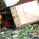 Река од пиво на автопат: Илјадници лименки го затвориле сообраќајот на неколку часа во Австралија
