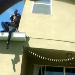 Снимка која ја подели Америка: Полицаец бркал тинејџер низ покрив на куќа, а колегите му велеле да го турне!