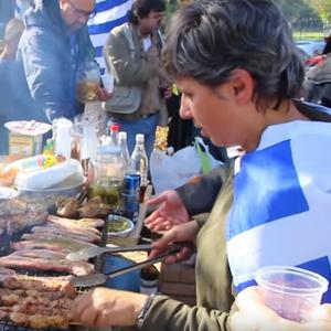 Сега им пречат и муслиманите: Грчките националисти ги пречекаа мигрантите со свинско и алкохол