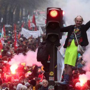 Вака изгледа тоталниот штрајк на Французите: Милион луѓе на улиците, скршени излози, фрлени солзавци