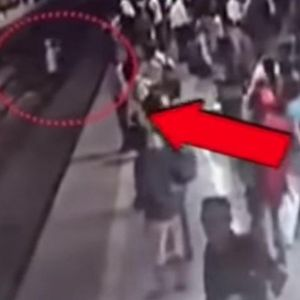 Го делеа секунди од сигурна смрт: Преминуваше пруга додека доаѓаше возот...