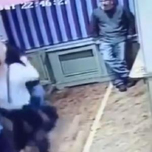 Маж зборувал со непозната жена, а неговата сопруга не чекала објаснување – во рок од една секунда настанал хаос