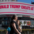 Кога ќе се судрат богаташи: Блумберг троши милиони за да го нападне Трамп со вакви билборди?