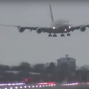 """Мајсторски маневар на двајцата пилоти: Го приземјија најголемиот авион на светот при силни """"удари"""" на ветрот"""