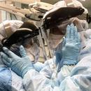 """Потресна фотографија од маж и жена среде борба со коронавирусот: """"Не им е дозволен контакт"""""""