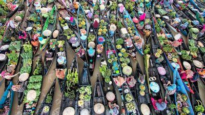 Запловете низ вкусови, мириси и бои: Индонезискиот пловечки пазар е сензација каква што ретко се гледа