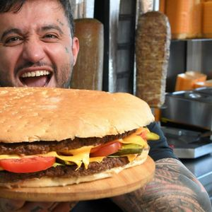 Ресторан нуди 1000 фунти за оној кој ќе изеде огромен хамбургер за 20 минути