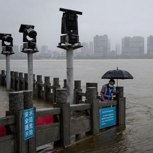 Нова катаклизма во Вухан: Големото невреме однесе стотина животи, милиони се загрозени...