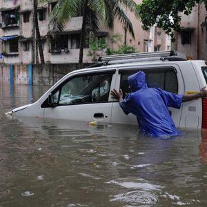 Хаос во Индија во екот на пандемијата: Монсунски дождови предизвикаа стравични поплави