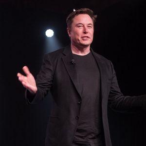 Машините преземаат команда: Маск најавил автомобили кои возат без никакво учество на возачите