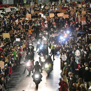 Голем протест во Полска: Неколку илјади граѓани излегле на улиците на Варшава поради законот за забрана на абортусот
