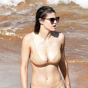 """Во """"невидливо бикини"""" станала главна атракција на плажата: На актерката никој не може да ѝ одолее"""