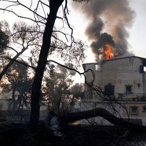 Страотна глетка од Грција: Со возилото влетал во огнената стихија, а патниците спасуваат жива глава додека пожарот голта сѐ пред себе