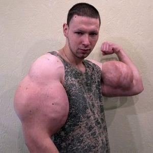 """Бизарно! Рускиот """"руки базуки"""" ги извади мускулите, и сега ги продава!"""